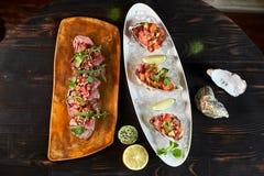 Läcker röd fisk i skalen av skaldjur Med citron- och limefruktjpg royaltyfri foto