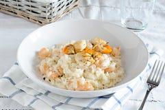 Läcker risotto med räka och kammusslor royaltyfria foton