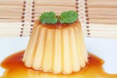 Läcker söt pudding med caramel. Arkivbild
