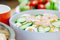 Läcker sallad med räkor, tioarmade bläckfisken och grönsaker Royaltyfria Bilder