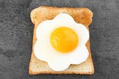 Läcker solig sida upp ägget med bröd royaltyfri foto