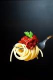 Läcker spagetti på gaffel Svart bakgrund Royaltyfri Fotografi