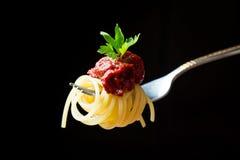 Läcker spagetti på gaffelnärbild _ Arkivbilder