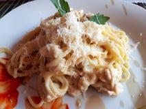 Läcker spagetticarbonara med höna arkivfoto