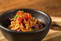 Läcker spagettisallad med räka, tomaten och pupunhaen gömma i handflatan fotografering för bildbyråer