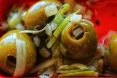 Läcker spansk tapa Oliv med löken, oreganon och olivolja Arkivfoton