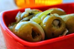 Läcker spansk tapa Oliv med löken, oreganon och olivolja Royaltyfri Bild