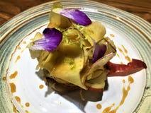 Läcker strikt vegetarianefterrätt, äpple och blommor av kocken Xavi Pellicer royaltyfria foton