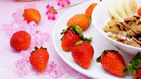 Läcker sund frukostcornflakes med jordgubben och banan Arkivbild