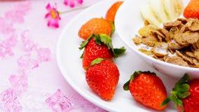 Läcker sund frukostcornflakes med jordgubben och banan Royaltyfri Foto