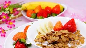 Läcker sund frukostcornflakes med jordgubben och banan Royaltyfri Bild