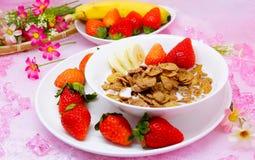 Läcker sund frukostcornflakes med jordgubben och banan Arkivbilder