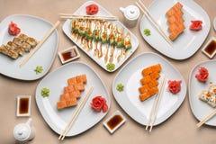 Läcker sushi på olika plattor Arkivbilder