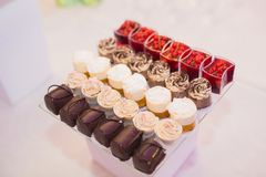 Läcker tabell för efterrätt för stång för godis för bröllopmottagande Arkivfoto