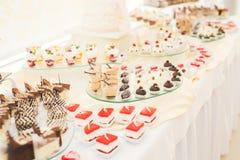 Läcker tabell för efterrätt för stång för godis för bröllopmottagande Royaltyfria Bilder