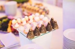 Läcker tabell för efterrätt för stång för godis för bröllopmottagande Arkivfoton