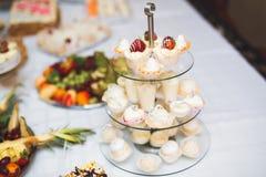 Läcker tabell för efterrätt för stång för godis för bröllopmottagande Royaltyfria Foton