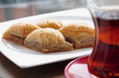Läcker turkisk sötsak: Baklava med valnötter och te Arkivbilder