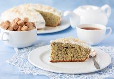 Läcker vallmofrökaka med kopp te på tabellen Royaltyfri Fotografi
