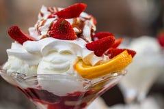 Läcker vaniljglasscoupe med garnering med jordgubben Royaltyfri Bild