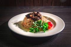 Läcker varm pilaff med kött, ris arkivbilder