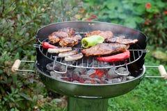 Läcker varmkorv och grillfestkött Royaltyfri Foto