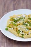Läcker vegetarisk pasta, träbakgrund Arkivbilder