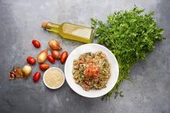 Läcker vegetarisk quinoasallad med persilja, tomaten och löken royaltyfri foto
