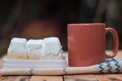 Läcker vit kaka och kaffekopp Royaltyfri Bild