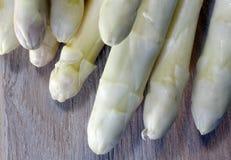 Läcker vit sparris tippar till salu från grönsakshandlare i spri Arkivfoton
