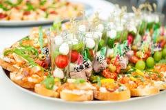 Läckerheter och mellanmål på en buffé eller en bankett catering Arkivbilder