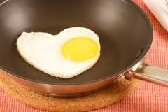 läckert ägg som bara stekas Arkivbilder