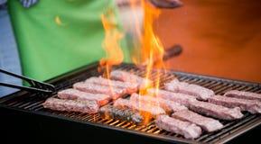 Läckert blandat grillat kött med grönsaker över kolen på grillfest royaltyfria bilder