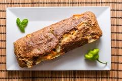 Läckert bröd med ost på den vita plattan med chilipeppar Royaltyfria Foton