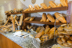 Läckert bröd på räknare shoppar arkivbilder