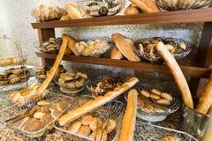 Läckert bröd på räknare shoppar fotografering för bildbyråer