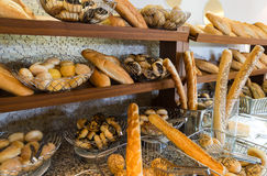 Läckert bröd på räknare shoppar arkivfoto