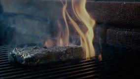 Läckert filékött på grillfestgallret stock video