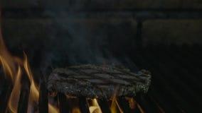Läckert filékött på grillfestgallret arkivfilmer