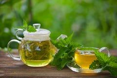Läckert grönt te i en härlig glass bunke på tabellen Royaltyfri Bild