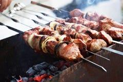 Läckert grillfestgaller på det öppna gallret, öppet kök Läcker mat som steker på steknålar, matdomstol Trevlig ny mat och korg p? arkivfoton