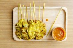 Läckert griskött Satay grillade thailändsk lokal mat med jordnötsåsnolla arkivfoto