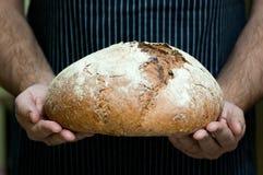 Läckert hemlagat bröd i händer Arkivbilder