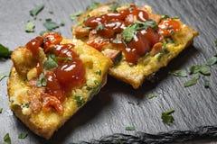 Läckert hemlagat stekt ägg i rostat bröd för frukost med frankfu Royaltyfria Bilder
