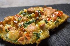 Läckert hemlagat stekt ägg i rostat bröd för frukost med stycken Arkivbild