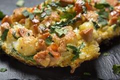 Läckert hemlagat stekt ägg i rostat bröd för frukost med stycken Fotografering för Bildbyråer
