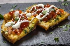 Läckert hemlagat stekt ägg i rostat bröd för frukostwithketchup Fotografering för Bildbyråer