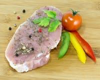 Läckert kött: biff med örter Arkivfoton