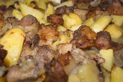 Läckert kött med stekte potatisar Arkivfoto