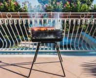 Läckert kött på grillfestgaller med kol på balkong arkivfoto